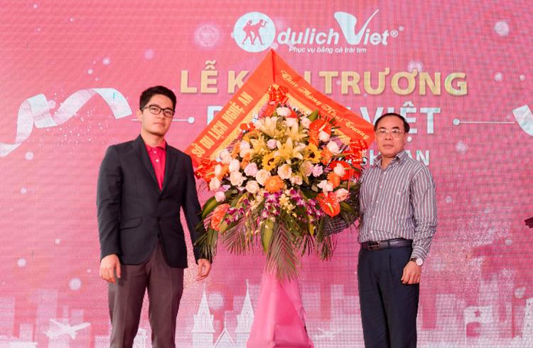 [Caption][Caption][Caption]Khách hàng đặt tour tại Du Lịch Việt chi nhánh Vũng Tàu.   - 1