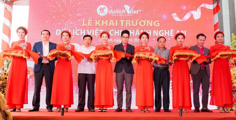 [Caption][Caption][Caption]Khách hàng đặt tour tại Du Lịch Việt chi nhánh Vũng Tàu.   - 2