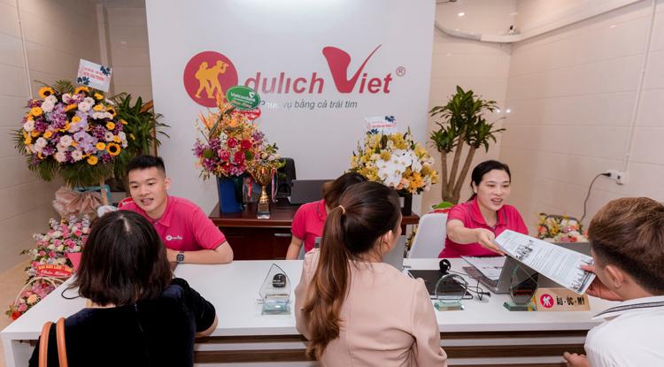 Khách hàng đặt tour tại Du Lịch Việt chi nhánh Vũng Tàu.