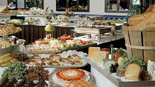 Buffet sáng hiện nay đã trở thành dịch vụ không thể thiếu với các khách sạn, resort. Ảnh: Batista Moon Studio.