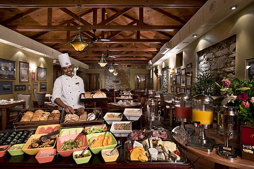Buffet giúp nhà hàng tiết kiệm chi phí thuê nhân viên bởi loại hình này đòi hỏi ít người làm việc hơn. Ảnh: CTS.