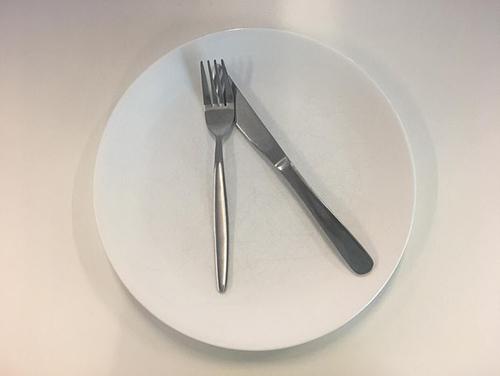 Ẩn ý sau cách xếp dao nĩa trên bàn ăn