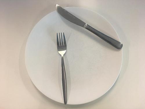 Ẩn ý sau cách xếp dao nĩa trên bàn ăn - 1