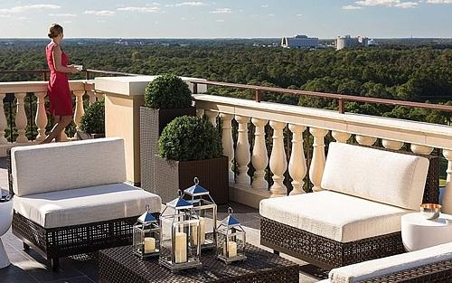 Một du khách nhà giàu đã nằng nặc đòi khách sạn phải xếp cho mình phòng có tầm nhìn ra biển. Trong khi người này đang thuê một khách sạn ở trong đất liền tại thành phố Orlando (Mỹ), cách biển ít nhất 80 km. Ảnh: