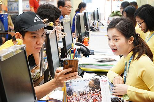 Du khách đến ngày hội vừa được tư vấn du lịch, vừa có cơ hội mua tour giá tốt.
