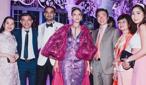 Đại sứ Phạm Sanh Châu (thứ ba từ phải sang) cùng gia đình dự đám cưới của đại gia Ấn Độ tại Phú Quốc hồi tháng 3/2019. Đại sứ là người kết nối giúp chú rể Rushang Shah và cô dâu Kaabia Grewal chọn Việt Nam là nơi tổ chức đám cưới Ấn Độ đình đám nhất 2019. Ảnh: NVCC.
