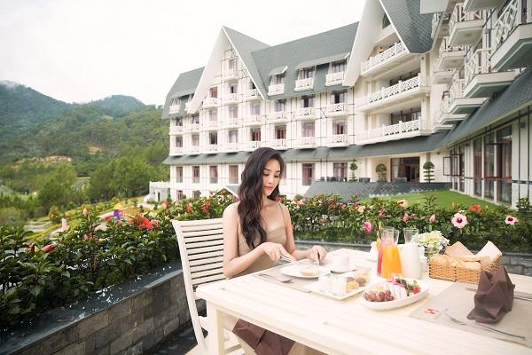 Tiểu Vy lựa chọn Swiss-Belresort Tuyền Lâm vì yêu thích phong cách kiến trúc Pháp cổ kính và những ngôi nhà trắng lãng mạn như trong các bộ phim điện ảnh.