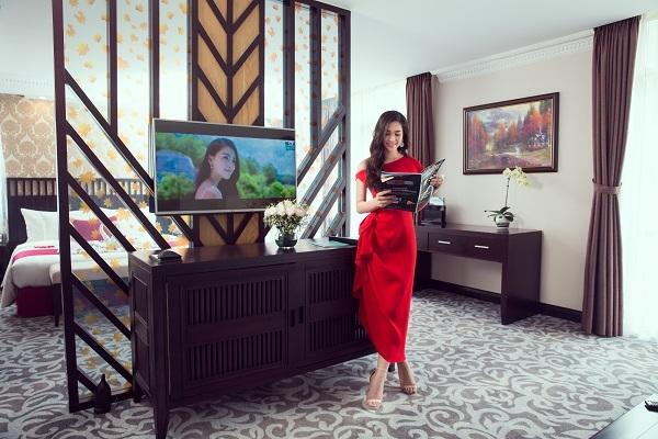 Sau đó, Tiểu Vy nhận phòng nghỉ và trải nghiệm các tiện ích trong phòng. Hoa hậu chia sẻ, cô hào hứng với tiện nghi đạt tiêu chuẩn cao cấp và phục vụ đầy đủ các nhu cầu cần thiết trong suốt chuyến nghỉ dưỡng.