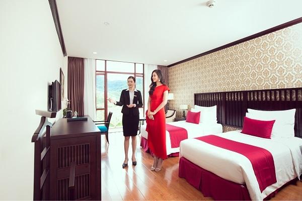 Tiểu Vy được nhân viên khu nghỉ dưỡng giới thiệu phòng nghỉ đầy đủ tiện ích theo tiêu chuẩn 5 sao.