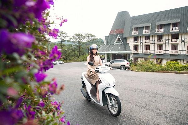 Khu nghỉ dưỡng có đội ngũ xe đưa đón sân bay và trung tâm thành phố Đà Lạt miễn phí nhưng Tiểu Vy muốn tự tay lái xe qua những cung đường đèo để cảm nhận khung cảnh Đà Lạt thơ mộng.