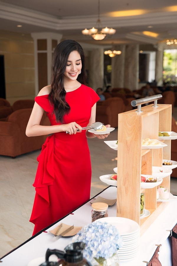 Trong tiết trời se lạnh, Tiểu Vy uống trà chiều cùng vài chiếc bánh ngọt trong khu nghỉ dưỡng. Theo hoa hậu, khoảng thời gian thư giãn như món quà cho bản thân sau những ngày làm việc căng thẳng.