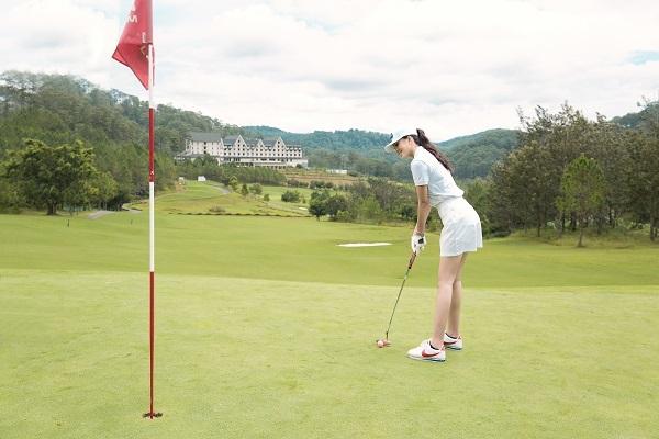 Tiểu Vy cũng thử chơi golf tại sân Sam Tuyền Lâm Golf Club tiêu chuẩn quốc tế 18 lỗ. Tiểu Vy mới tập chơi golf không lâu song cô rất yêu thích môn thể thao này. Tiểu Vy luôn dành thời gian để chơi thể thao giữ vóc dáng đẹp, cơ thể khoẻ mạnh