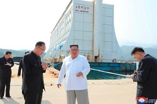 Lãnh đạo Triều Tiên Kim Jong-un không hài lòng với hiện trạng của khu nghỉ mát, ví nó như lều dựng tạm ở khu vực bị thiên tai. Phía sau ông Kim là khách sạn nổi Haegumgang. Ảnh:KCNA.