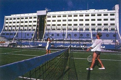 Khách sạn nổi được xây dựng tại Singapore với chi phí khoảng 40 triệu USD. Công trình này là ý tưởng của đại gia xây dựng Doug Tarca. Ông qua đời vào giữa thập niên 90 song con trai Peter tiếp quản. Ảnh: Barrier Reef Holdings.
