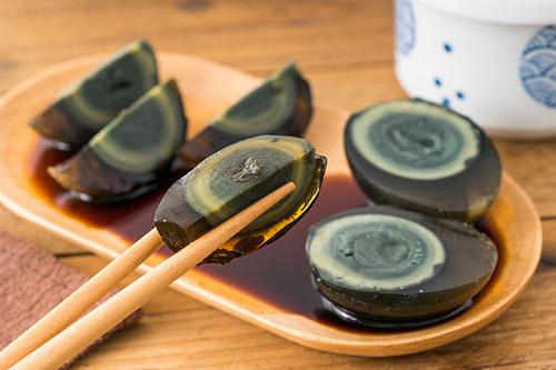 Trứng bắc thảo sau khi ngâm có màu xanh đen hoặc nâu sẫm và lòng trắng trong như thạch. Ảnh: Yang Yang Fang.