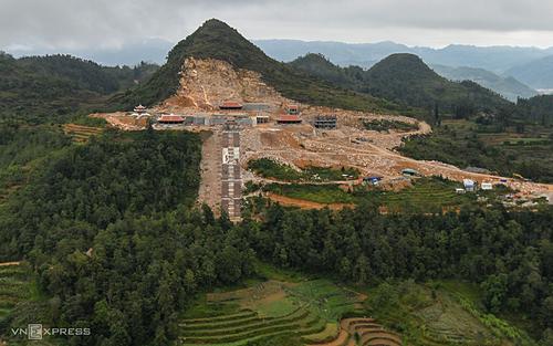 Dự án khu du lịch sinh thái tâm linh ở Hà Giang nhìn từ cột cờ Lũng Cú. Ảnh: Kiều Dương.