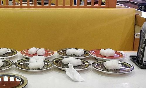 Những đĩa sushi còn nguyên cơm do khách để lại. Sushi gồm hai phần, một là netalàm từ hải sản sống và shari (gạo) nêmmuối, đường và giấm. Ảnh: Twitter.