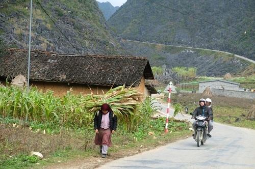 Hành trình khám phá Hà Giang đi qua những bản làng để tìm hiểu cuộc sống người dân. Ảnh: Spiegel.