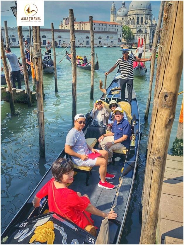 Khách  Du lịch Á Châu trải nghiệm đi thuyền Gondola tại Venice, Italia.