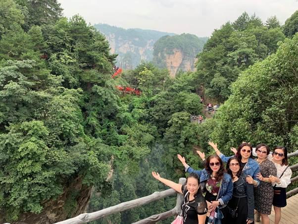 Khách hàng Tourhot24h.vn tham quan Hoàng Sơn.