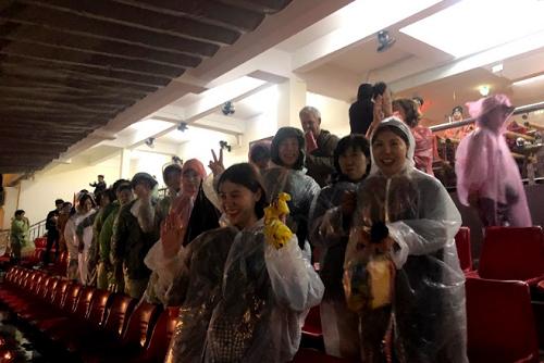 Do show thực cảnh được trình diễn trên sân khấu ngoài trời rộng tới 25.000 m2, không chỉ diễn viên mà khán giả cũng không tránh khỏi bị ướt nếu có cơn mưa bất chợt. Khán giả được phát ô (dù) và áo mưa để tiếp tục xem chương trình.