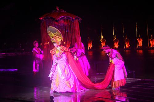 Ngày mưa, trang phục biểu diễn và tóc dính nước rất nặng nhưng các diễn viên vẫn tiếp tục công việc.