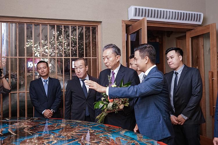 Ông Yukio Hatoyama thăm bể hải sản tươi sống trong nhà hàng.