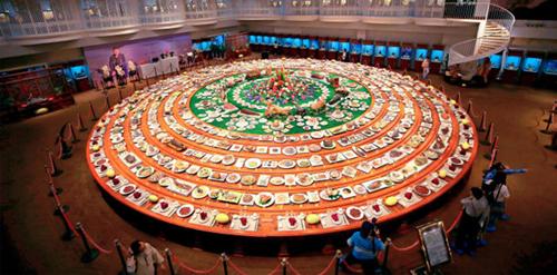 Một bàn tiệc bằng đá được lấy cảm hứng từ bữa tiệc nổi tiếng của vua Khang Hy. Ảnh:Sohu.