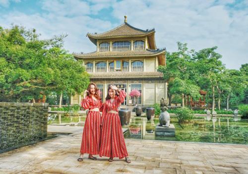 Hải Yến chụp ảnh cùng người thân trong khung cảnh thơ mộng ở Hải Nam