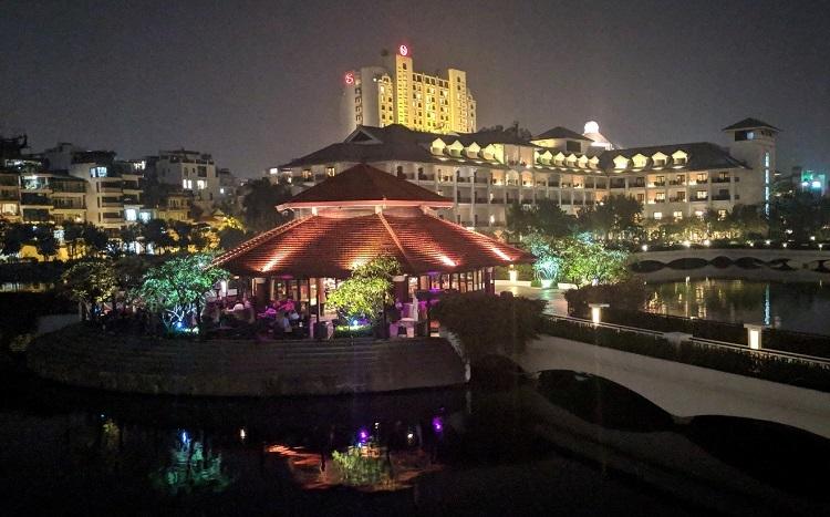 Quán bar trong khách sạn mở từ 16h đến 24h.