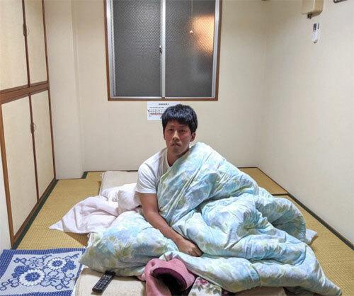 Phòng có kích thước nhỏ, đồ nội thất đơn giản, nên bạn sẽ không thể đứng nấp ở bất kỳ chô nào. Điều này đồng nghĩa với việc cả thế giới sẽ xem được cảnh Masanuki đánh răng hay cuộn tròn trong chăn. Ảnh: Sora News 24.