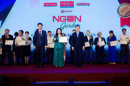 Bà Phạm Thị Bích Hạnh (áo xanh) - Giám đốc công ty Phúc Hưng Thịnh, sáng lập 2 thương hiệu nhà hàng Quán Ăn Ngon và Ngon Garden nhận bằng khen Top 100 Tin & Dùng 2019.