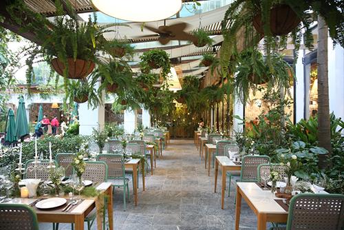 Không gian Ngon Garden với căn biệt thự Pháp cổ cùng khu trong nhà đầy cây hoa vàsân vườn rộng rãi, tọa lạc trên đường Nguyễn Du đối diện hồ Thiền Quang - một trong những vị trí đẹp nhất Hà Nội.
