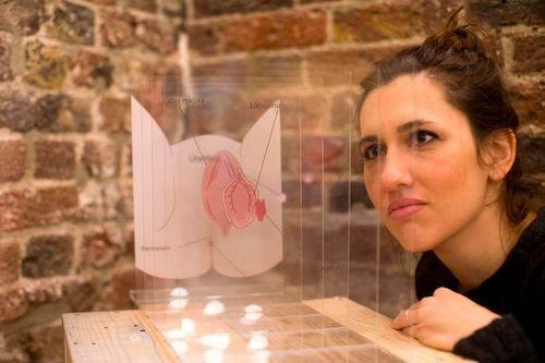 Một khách tham quan tìm hiểu cấu tạo của âm đạo. Bảo tàng còn trưng bày những sản phẩm chăm sóc phụ khoaphụ nữ không thực sự cần. Ảnh: Alecsandra Raluca Dragoi/AFP.