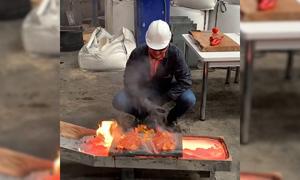 Đầu bếp mở tiệc BBQ trong nhà máy