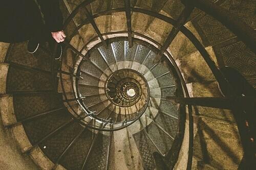 Bậc thang xoắn ốc của Khải Hoàn Môn. Ảnh: Whitney Donaldson.