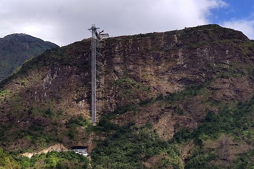 Toàn cảnh công trình thang máy ngoài trời và cầu kính xây dựng trên vách đá. Ảnh: Khắc Kiên.