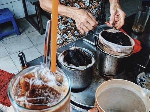 Cà phêNgoài ba bữa ăn chính, du khách nên thưởng thức thêm các món tráng miệng dễ tìm dành cho buổi chiều và sau các bữa chính.Cà phê là thức uống được chọn hàng đầu từ đa số các du khách đến Sài Gòn. Để trải nghiệm không gian đậm chất đặc trưng, du khách nên đến các quán cà phê lâu năm,tọa lạc trong khu dân cư hoặc công trình xưa cũ. Cà phê vợt Phan Đình Phùng (quận Phú Nhuận), Góc Sài Gòn (quận 3), Hoàng Thị (quận 1), cà phê chung cư Nguyễn Huệ hoặc chung cư Tôn Thất Đạm (quận 1)... là một số gợi ý. Giá trung bình cho mỗi ly cà phê ở những nơi này khoảng 15.000 - 40.000 đồng.