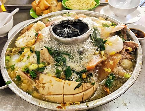 Buổi tối: Lẩu cù lao 50 năm ở Chợ LớnQuán lẩu nằm trên đường Châu Văn Liêm (quận 5) được nấu theo kiểu của người Hoa với nồi nhôm. Tên của món ăn mô tảống đốt than của bếp trồi lêncó hình dạng giống như cù lao - gò đất nổi lên giữa vùng nước xung quanh. Đây là một món ăn lâu đời ở Chợ Lớnvà được yêu thích bởi nước lèo đậm đà, chiết xuất từ các nguyên liệu như cá mú, da heo, nấm rơm, bánh xếp, cá viên, chả cá, tim gan, mực, tôm. Ăn cùng món ăn còn có các loại rau như cải, tần ô, cải chua. Lẩu thập cẩm là suất ăn được nhiều người chọn nhất. Phần ăn thích hợp khi đi từ hai người trở lên.