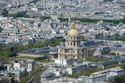 Ngọn tháp nổi bật giữa các tòa nhà cổ kính. Ảnh: Andrea Izzotti/Alamy.