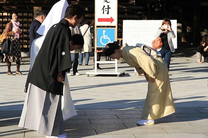 Cúi gập người là cách chào hỏi xã giao ở Nhật. Ảnh:Brightside.