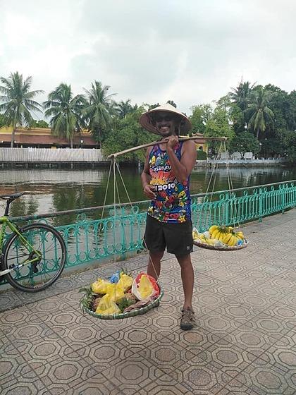 Thamcharoenjai bất ngờ khi gặp một phụ nữ bán rong trái cây biết nói tiếng Anh, tiếng Pháp, Thái Lan... Ảnh: Nat Phoptham Phopham Thamcharoenjai.