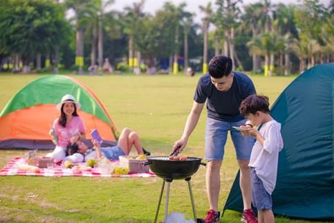 Các gia đình có cơ hội trải nghiệm ngày nghỉ trong không gian rộng thoáng của Công viên Hồ thiên nga, khu đô thị Ecopark.