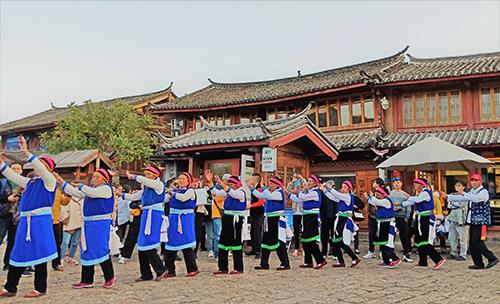 Đoàn khách Việt còn xem múa cộng đồng ở Lệ Giang. Ảnh:NVCC.