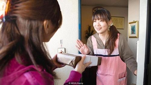 Người Nhật tặng hàng xóm những hộp quà đựng bột giặt trước khi xây sửa nhà - như để giúp láng giềng vệ sinh quần áo khỏi bụi bẩn bay ra từ công trình. Ảnh:Mixa/Alamy.