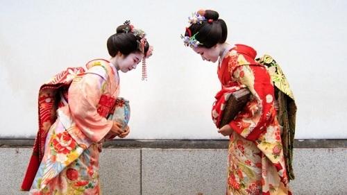 Cách người Nhật cúi chào nhau. Ảnh:istock.