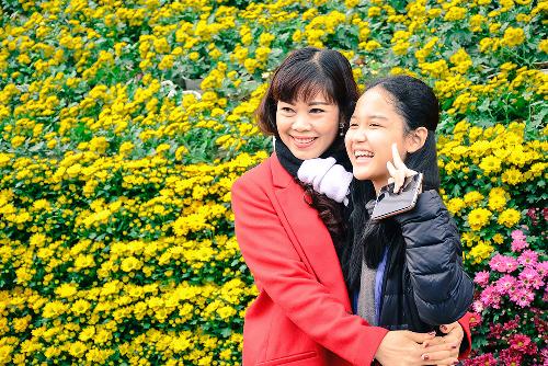Khách chụp ảnh tại các tiểu cảnh trongFestival hoa Đà Lạt 2017. Sự kiện được tổ chức hai năm một lần, là thương hiệu lễ hội riêng của thành phố trên cao nguyên. Ảnh: Quốc Dũng.