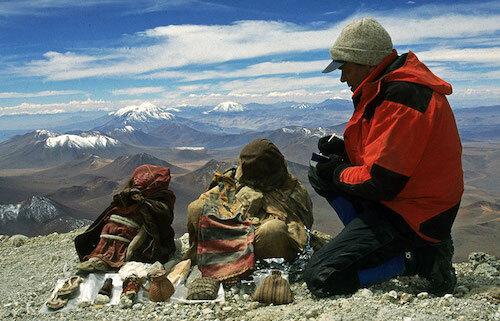 Chuyến thám hiểm núi lửa Llullaillaco vào năm 1999 giúp Reinhard tìm ra ba xác ướp trẻ em khác. Tạp chí Time bình chọn đây là một trong 10 phát hiện quan trọng nhất năm 1999. Ảnh:AFP.