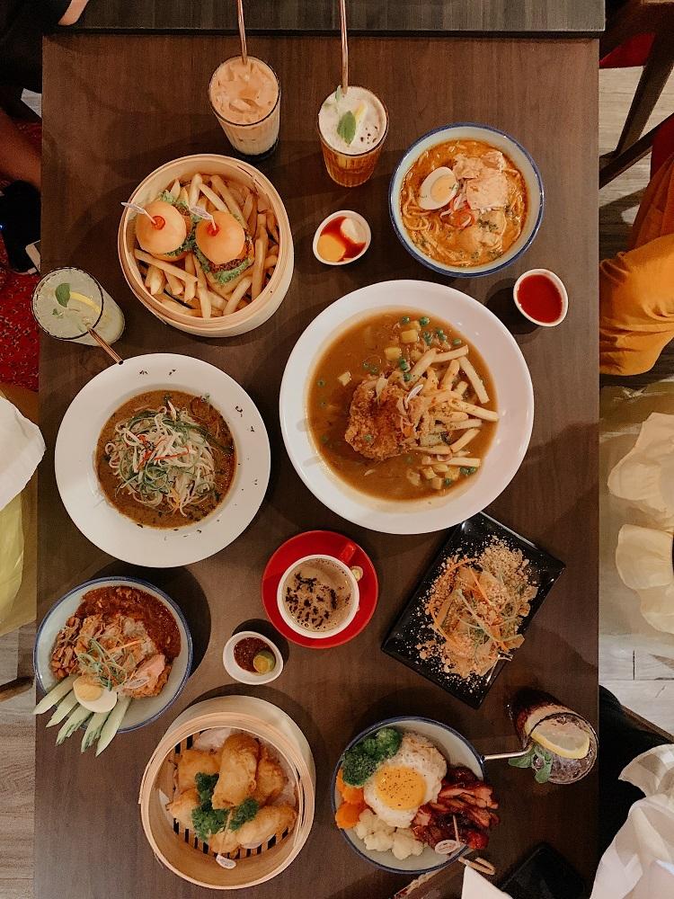 Nhiều quán cà phê khác trong khu chợ đêm Pasar Karat, nơi bạn có thể vừa kết hợp chụp ảnh, nhâm nhi thức uống ngon miệng, vừa dùng bữa no nê với đủ các món ngon.