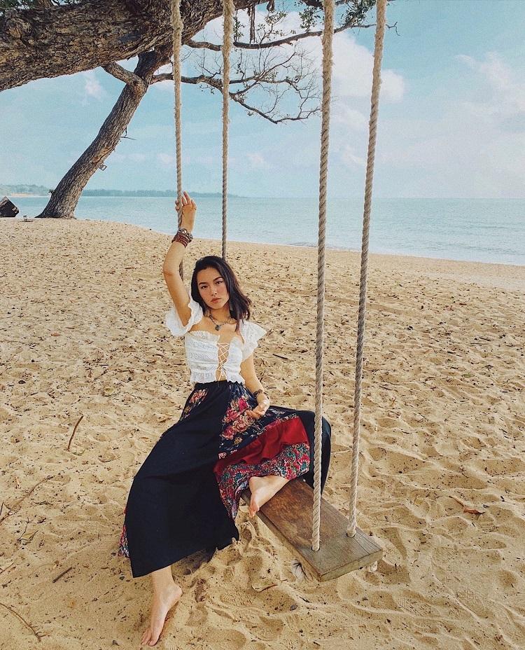 Biển Desaru Beach là địa điểm vui chơi sầm uất, nhộn nhịp ở Johor Bahru. Bờ biển dài 25 km vớicát trắng mịn màng, nhiều trò chơi biển hấp dẫn và các khu nghỉ dưỡng sang trọng. Bạn có thể ngồi thư giãn trên xích đu như Hà Trúc, chụpảnh với phông nền là đại dương xanh thẳm và bờ cát trắng.